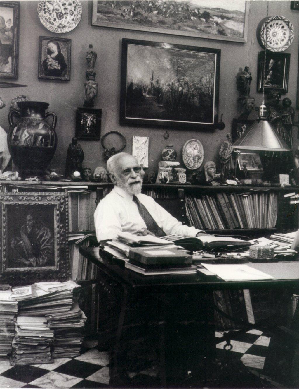 El historiador e intelectual Manuel Gómez-Moreno en su despacho