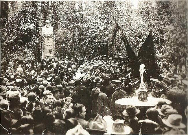 Multitudinario entierro del escritor Ángel Ganivet en Granada, junto a su monumento