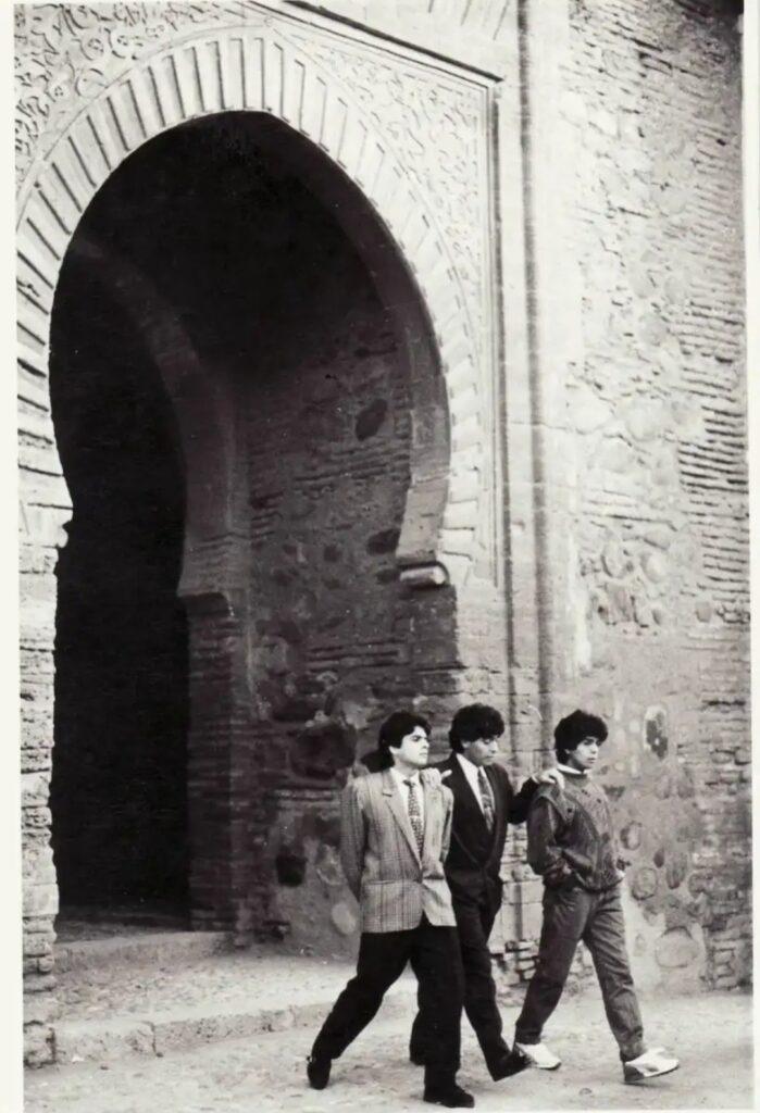Diego Armando Maradona y su hermano cruzando la Puerta del Vino en la Alhambra, Granada