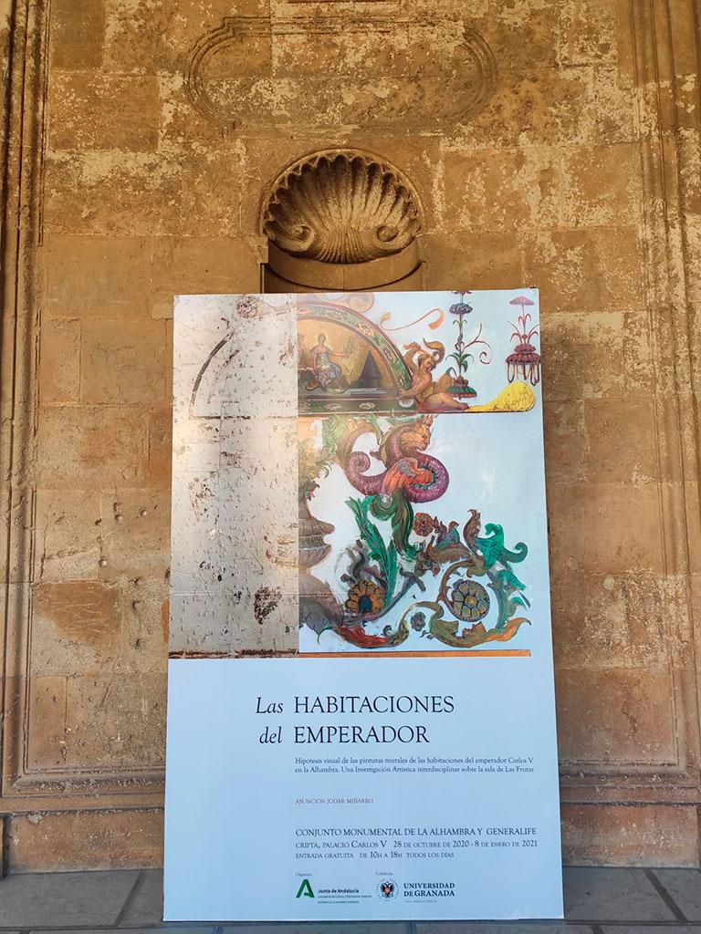 Cartel en la entrada de al exposición temporal de las Habitaciones del Emperador en la Alhambra en 2020