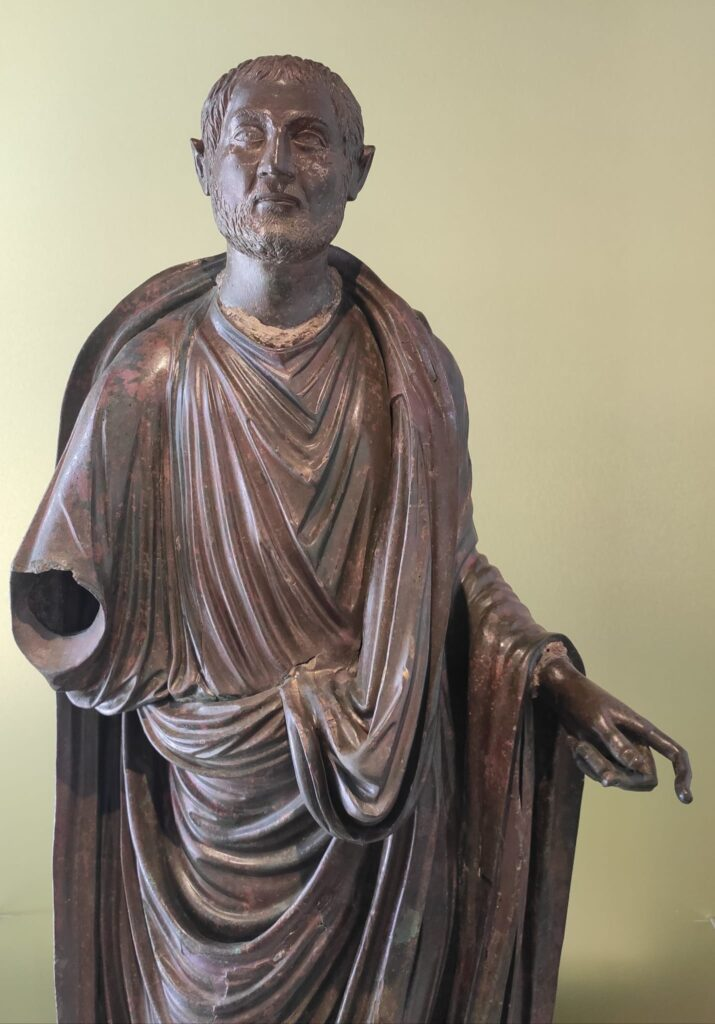 Togado de Periate, escultura hallada en el Cortijo de Periate en Píñar, Granada. Podría representar a alguno de los granadinos ilustres de la época, pero parece tratarse del Emperador Claudio II el Gótico
