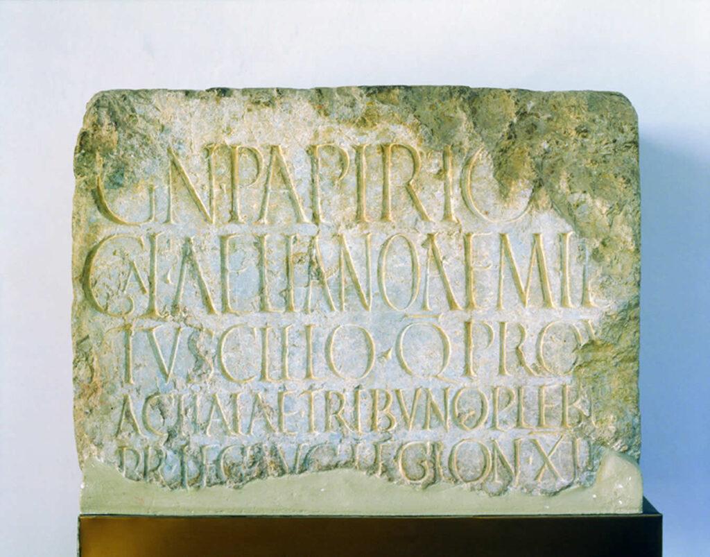 Inscripción honoraria de Gneo Papirio, hallada en la zona del foro de Florentia Iliberritana
