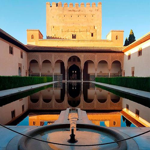 El patio de Comares justo al cierre del monumento Alhambra