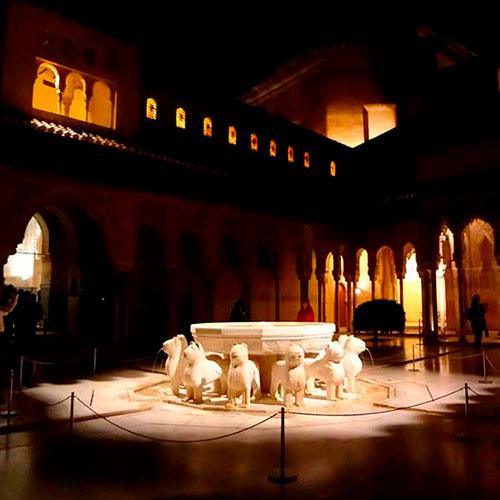Visitar la Alhambra de noche en un entorno relajado