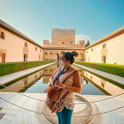 Guía oficial de turismo en sus visitas guiadas en Granada y la Alhambra