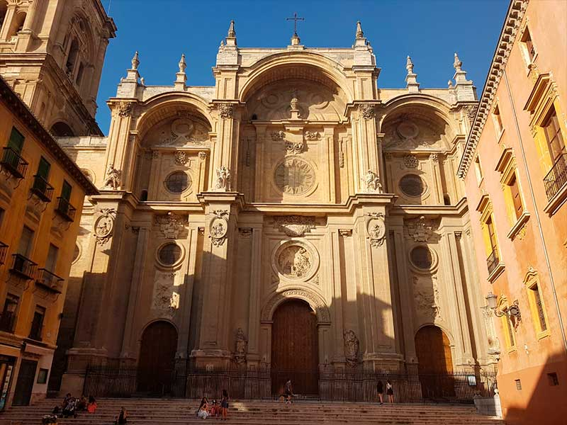 Alonso Cano, Fachada de la Catedral de Granada durante la visita guiada a la catedral, capilla real y centro de granada de Sunsetours